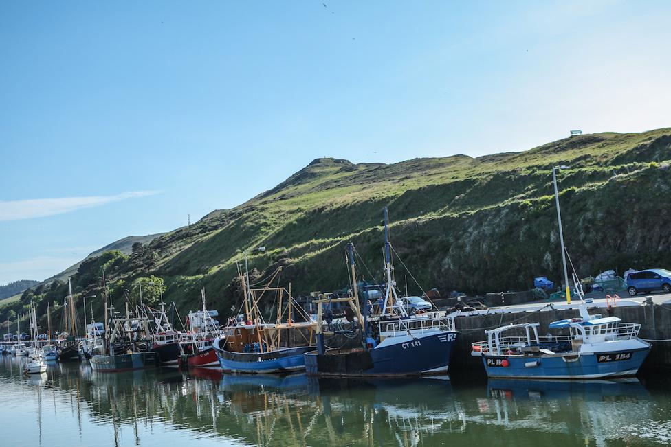 A Peel-i öbölben halászhajók sora várakozik az eljövendő hajnalra, amikor gazdáikkal ismét kihajóznak az Ír-tengerre, friss fogás reményében. A légijáratokkal ellentétben a vízi közlekedést nem korlátozzák a TT rendezők. Az itt látható halászhajók közül az egyik talán különös szerepet kapott a tavalyi rendezvény ideje alatt. Bár ennek igazságtartalma megkérdőjelezhető, mégis sokan úgy gondolják, hogy amikor Michael Dunlop menetközben BMW-re cserélte a Yamahát, komp helyett – nagybátyjához, a néhai Joey Dunlophoz hasonlóan – halászhajót bérelt, ami átszállította számára a többszázezer fontot érő versenymotort.