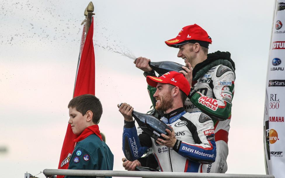 Miközben McGuinness szenvedett, az egykor poklot is megjárt, lába amputációja ellen évekig küzdő Ian Hutchinson ismét mennybe ment, és a TT egyik legnagyobb visszatérését láthatta a közönség. Hutchy úgy robbant a köztudatba, hogy 2010-ben, a történelem során először ő volt az a versenyző, aki az összes futamot megnyerte, szám szerint ötöt. Súlyos balesete, és számtalan próbálkozása után viszont mind a közönség, mind a szaksajtó kezdte feladni a reményt, hogy a Yorkshire-i versenyző valaha visszatér a dobogó tetejére. A Superbike futamon szerzett második helyével azonban jelezte, hódításra készen várja a folytatást. Tavaly Paul Bird és csapata szavazott neki bizalmat, és az utolsó pillanatban még Keith Flint is megdobta néhány R6-os Yamahával, hogy a Supersportban se maradjon motor nélkül. Hutchy meghálálta, hiszen három győzelmet szerzett, Supersctockban egyszer, Supersportban pedig kétszer diadalmaskodott, a mindig zordnak hitt Prodigy frontember pedig könnyeivel küszködve mondott köszönetet versenyzőjének.