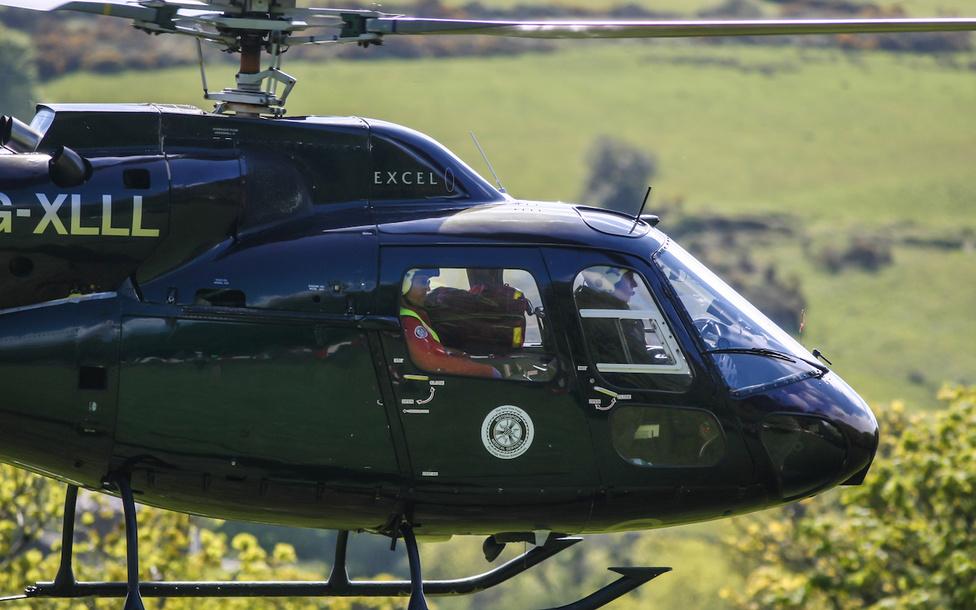 Mentőhelikopter érkezik a sérült Andy Lawsonért szintén a Greeba Castle kanyarkombinációban. Talán emlékeznek a beszámolóra, melyben a balesetről írtunk. Lawson néhány héttel a bukás után felépült, ismét motorra ült, és folytatta a versenyzést. Az augusztusi Ulster GP-n viszont sajnálatos körülmények között halálos balesetet szenvedett.