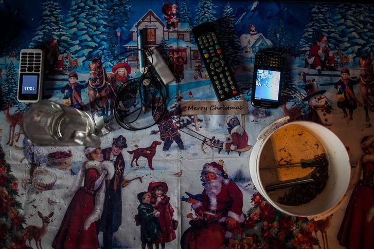 Luxuscikkek lennének az asztalon? Egy telefon, egy okostelefon, a tévé távirányítója és a tölteni való dohány