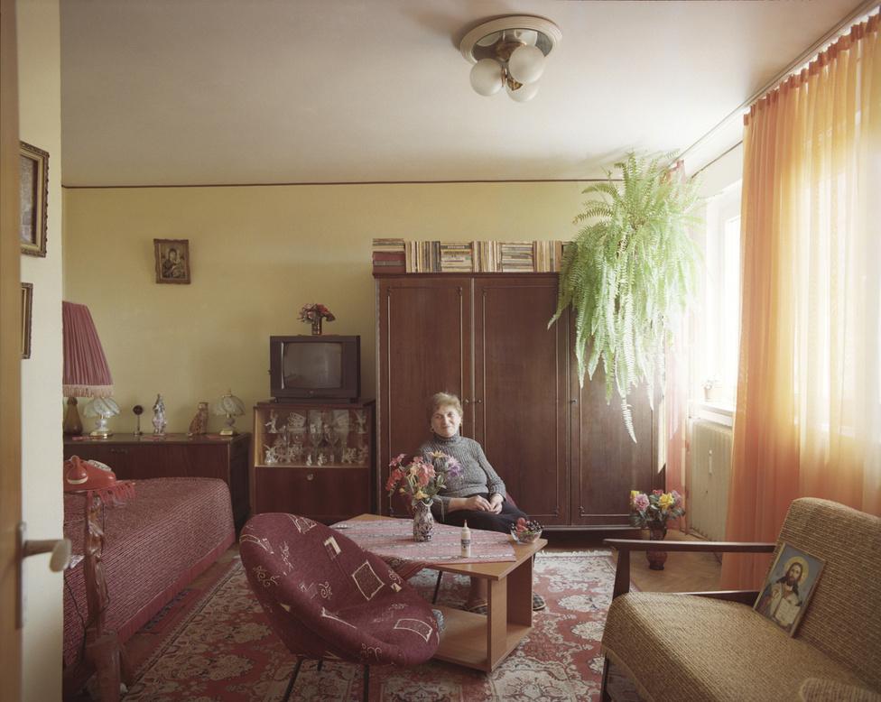 A fotósorozat ötlete akkor született meg, amikor Gîrbovant egyszer megkérte az alatta lakó nő, hogy szereljen meg nála egy ajtót. A fotósnak elállt a szava, amikor meglátta belülről a lakást, annyira különbözött az övétől. A tér ugyanaz volt, de amivel a lakója megtöltötte, mégis teljesen mássá tette.                          A kilencedik emeleten lakó Bita asszony nyugdíjas. 1967 óta lakik itt, 1996 óta egymagában.  Érdemes megfigyelni a könyvei sajátos elrendezését a szekrény tetején. A szokatlan megoldás a fotósnak is szemet szúrt, rá is kérdezett a miértjére. Azt a választ kapta, hogy hát így nem dőlnek el.