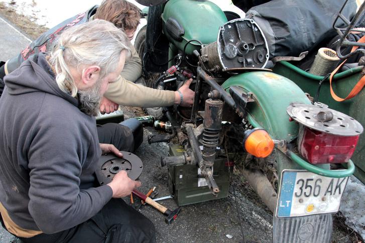 ... és valószínűleg egyikük oldalkocsijában tartalék kuplung is volt, így az út szélén szétborították az Uralt