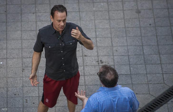 A Robert Langdon szerepét alakító Tom Hanks kétszeres Oscar-díjas és négyszeres Golden Globe-díjas amerikai színész Dan Brown Da Vinci Kód - Inferno című misztikus thrillerének forgatásán a budapesti Gutenberg téren 2015. június 3-án.