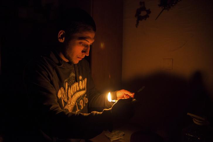 Teri egyik fia, Dénes a gyulamécses készítését mutatja