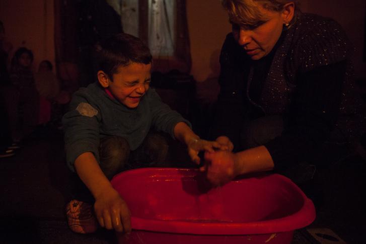 Terike egyik kisebbik fiának mosdatásához áll neki lefekvés előtt.