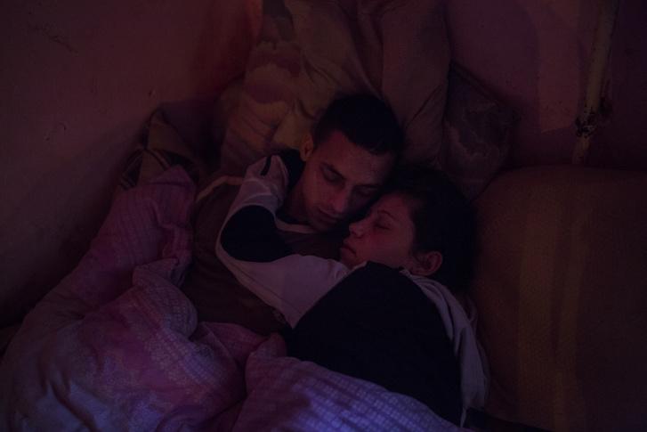 Tamás és párja alszanak, miközben a hajnali fény már beszűrődik a szobába