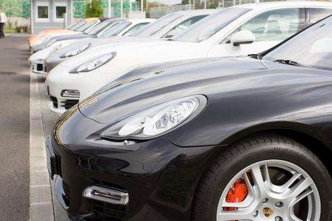 Vajon összesen hány Porsche van a képen?