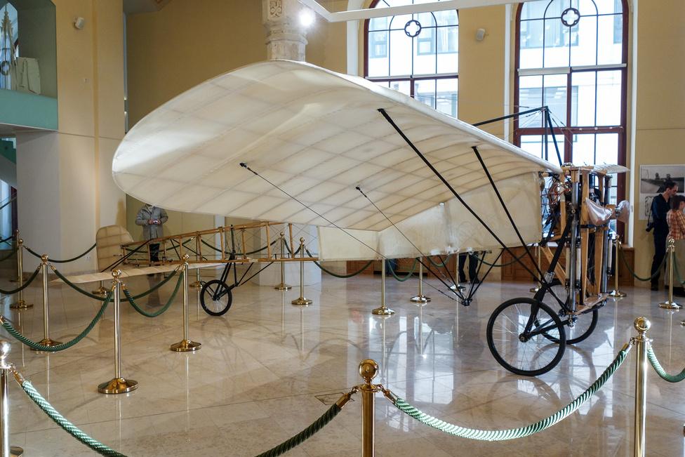 A gépet a Magyar Régi Vitorlázórepülők Klubja alkotta meg, Ungár Lászlóval az élen. Több hasonló replika is létezik, de tudomásunk szerint ez az egy, amelyik pont olyan, mint a Csatornát átszelő Blériot XI. volt (motor, vezésík-rendszer, farokfutó-kerék)