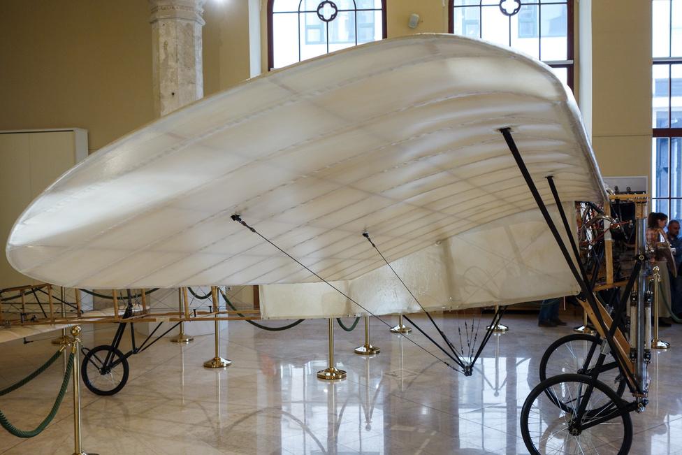 Sok tölgyből, nyárfából, balsafából, nádból és vászonból, s igen kevés fémből készült a gép. A mai repülési szabályok miatt a replikát meg kellett erősíteni, emiatt ez valamivel nehezebb, de repülni fog