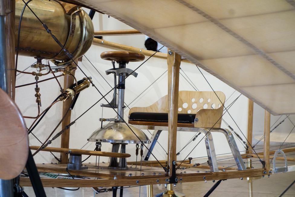 Apró sámlin ül a pilóta, pont úgy, ahogy 1909-ben Blériot tette. A lábnál levő, pedálszerű fadarab a függőleges vezérsíkot mozgatja hátul - akárcsak ma