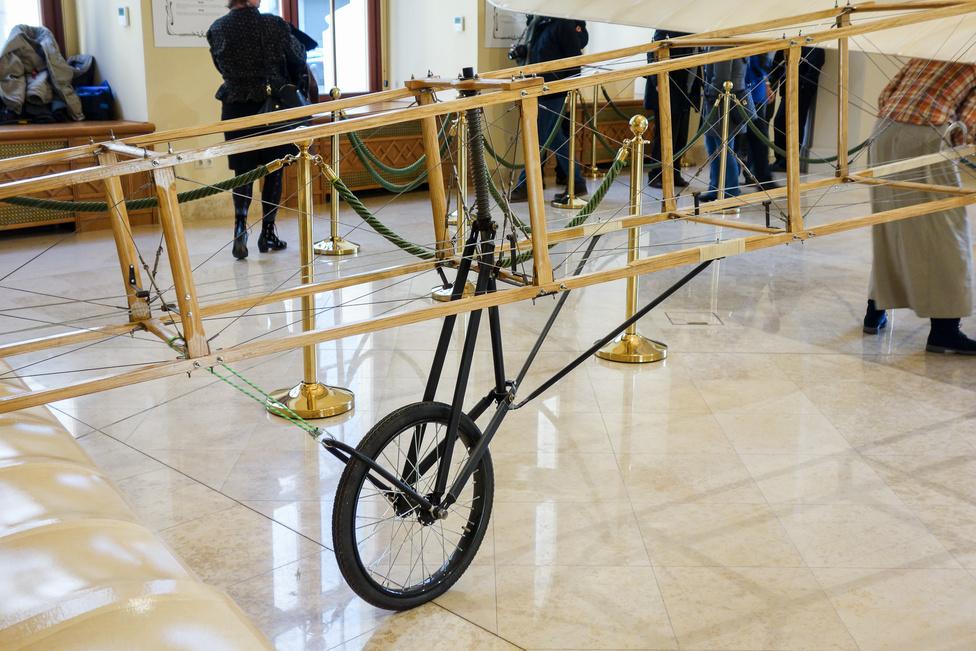 Volt fémrudas, bambuszrudas és kerekes farokfutó is a később viszonylag nagy mennyiségben készített Blériot XI-eseken. Ilyen volt az 1909. július 25-i átszelésnél rajta. Sok effajta, Blériot XI-es gép szolgált az első világháborúban, sőt, az alapszerkezetett egészen a második világháború elejéig - természetesen fémvázzal, sokkalta erősebb motorral - még használták