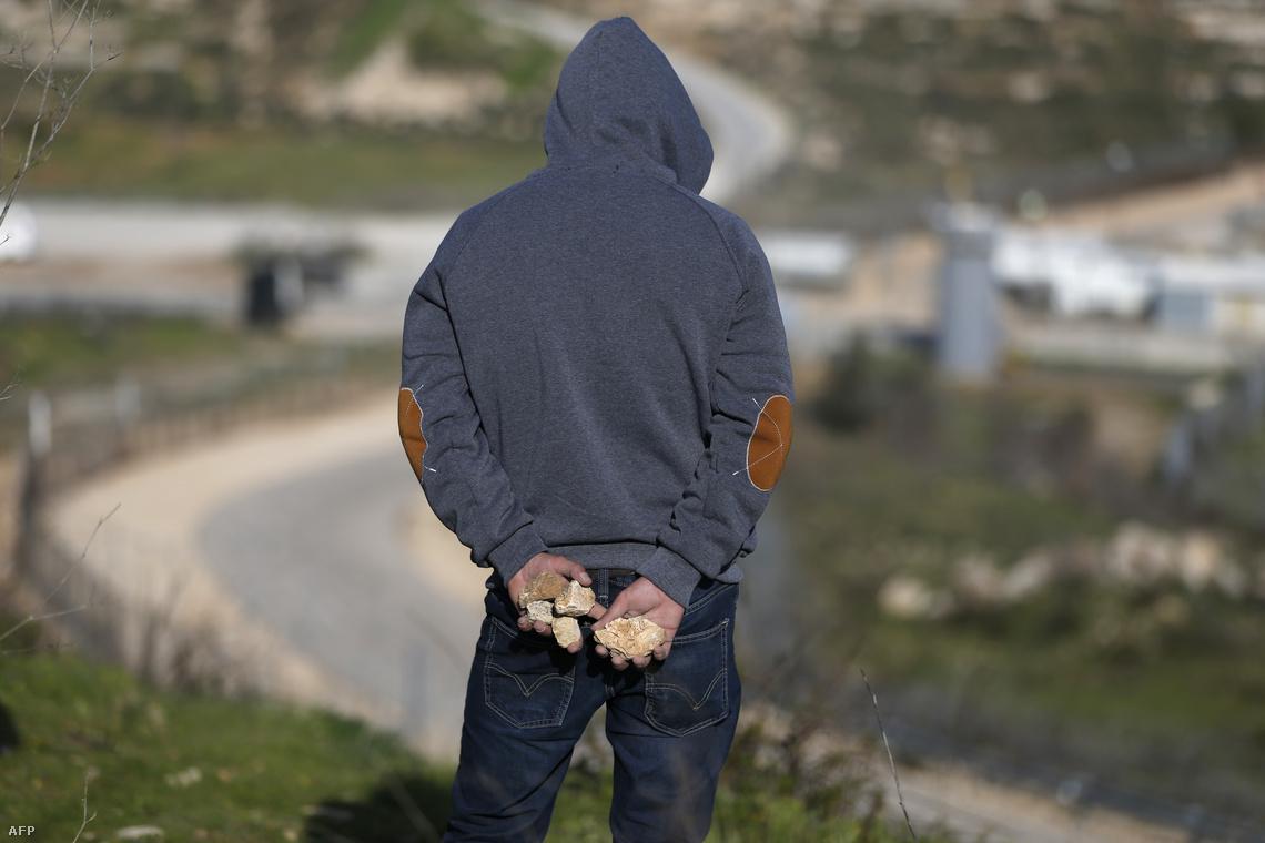 Köveket tartogat egy palesztin tüntető az izraeli határ mellett