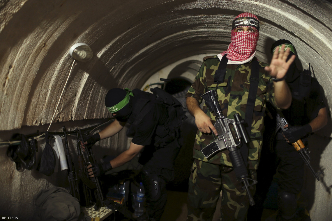 Hamász-fegyveresek tartottak sajtóbejárást az egyik titkos alagútjukban a Gázai övezet alatt