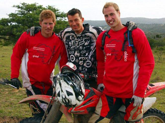 A képen fekete ruhában Cantlie látható, amikor 2009-ben William és Harry herceg mellett csatlakozott egy motoros jótékonysági akcióhoz