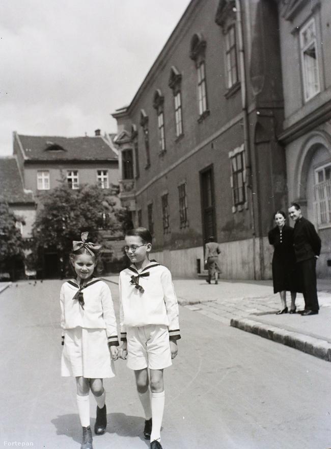 Iskolai egyenruhás gyerekek az Úri utcában. A háború előtt a Várnegyednek sajátos mikrovilága volt; amellett, hogy itt működött a magyar közigazgatás és itt volt a minisztériumi és kormányzói negyed, a budai polgári és a régi nemesi elitnek voltak itt jórészt házai. A Verbőczy utcában állt gróf Apponyi Albert háza, a Tárnok utcában herceg Esterházy Pál hatalmas palotája, a Bécsi kapu téren báró Hatvany Lajos háza a fővárosi  irodalmi élet központja volt. Az Úri utcában állt a hercegprímási palota is,  de ugyanebben az utcában lakott a híres vadász Széchenyi Zsigmond is. Az ostrom alatt egyébként nem kevesebb, mint 22 gróf Széchenyi élt a Vár házaiban.