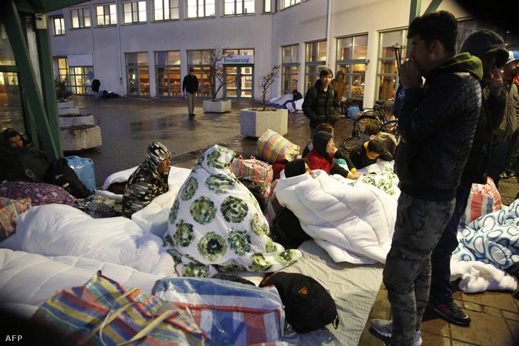 Menekültek éjszakáznak a Svéd Menekültügyi Ügynökség épülete előtt Malmöben.