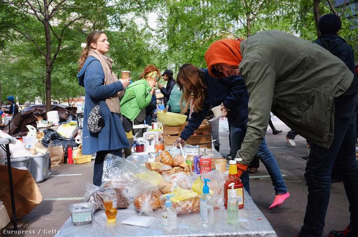 A Wall Street ellen tüntetők közös reggelije, 2011 októberében.