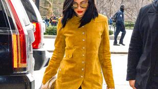 Kylie Jenner egy szál bugyiban mászkált