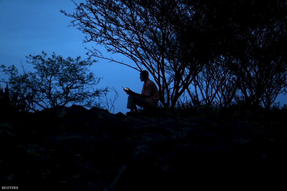 Nomádok és letelepedettek társadalmai gyakran keverednek egymással zűrös helyzetekbe, és mostanában nem az állataikkal vándorlók állnak nyerésre a világban. Ahol nemrég még nomádok által járt ösvények vezettek, ma országhatárok, természetvédelmi területek és földbirtokok kerítései állják a nyájak útját.
