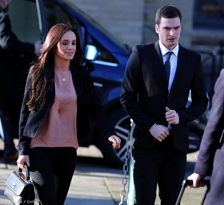Adam Johnos a barátnőjével érkezik a bradfordi bíróságra 2016. január 10-én.