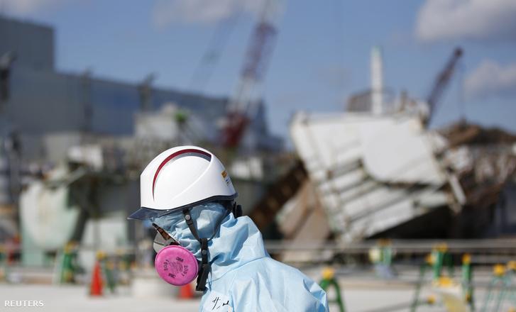 A TEPCO egyik munkatársa a fukushimai atomerőműben 2016. február 10-én