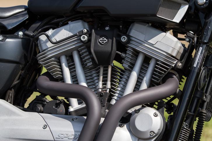 A Harley-Davidson XR1200 blokkja kiváló példa az OHV vezérlésre. Csodálatosan látszódnak a nyomórudak