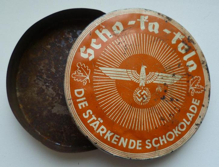 A ma is szinte teljesen változatlan kivitelben kapható Schoka-Kola koffeines csokoládé a német katonák kedvelt csemegéje volt.