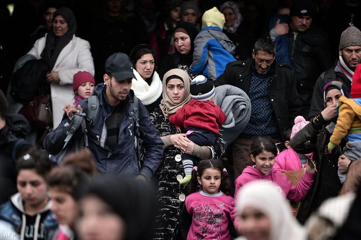 Több ezer menekült várakozik az athéni Pireusz kikötőben, hogy elhagyhassák a kompot, amivel Leszbosz szigetéről érkeztek, 2016. február 10-én.