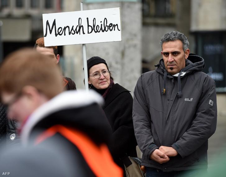 Szimpátiatüntetés a menekültek mellett Kölnben