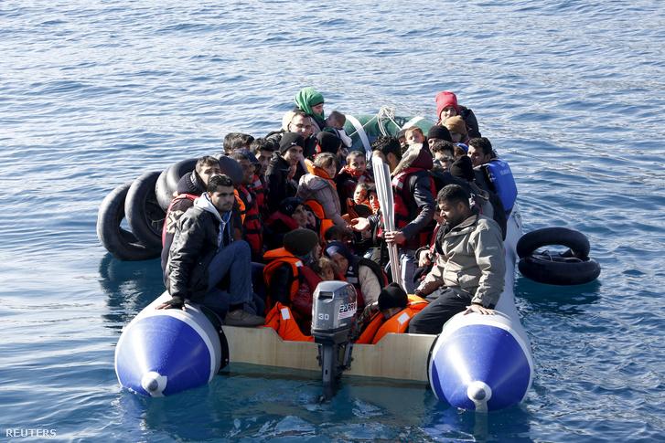 Csónakon érkező menekültek a görög partoknál február 8-án