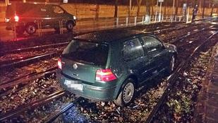 """Autó a síneken: """"A GPS mondta, hogy forduljak jobbra"""""""