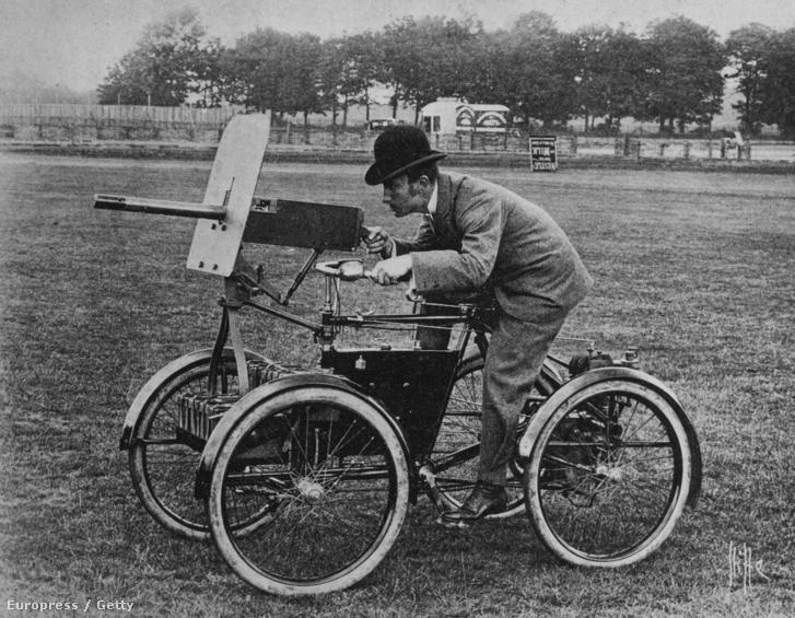 Egy Maxim-féle géppuskával szerelt páncélozott négykerekű