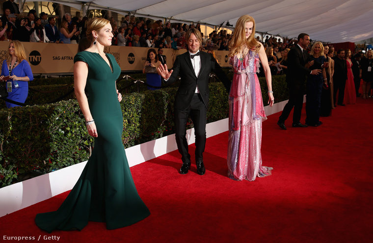 A felesége, Nicole Kidman kezét fogó Keith Urban éppen szabadkozik, mert majdnem belesétált Kate Winslet Nagy Pillanatába.