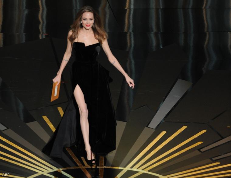 Ha például Angelina Jolie a 2012-es Oscaron többet mutatott volna magából ebben a ruhában, mint szeretne, beadnak gyorsan egy másik kameraképet, vagy lekeverik az adást.