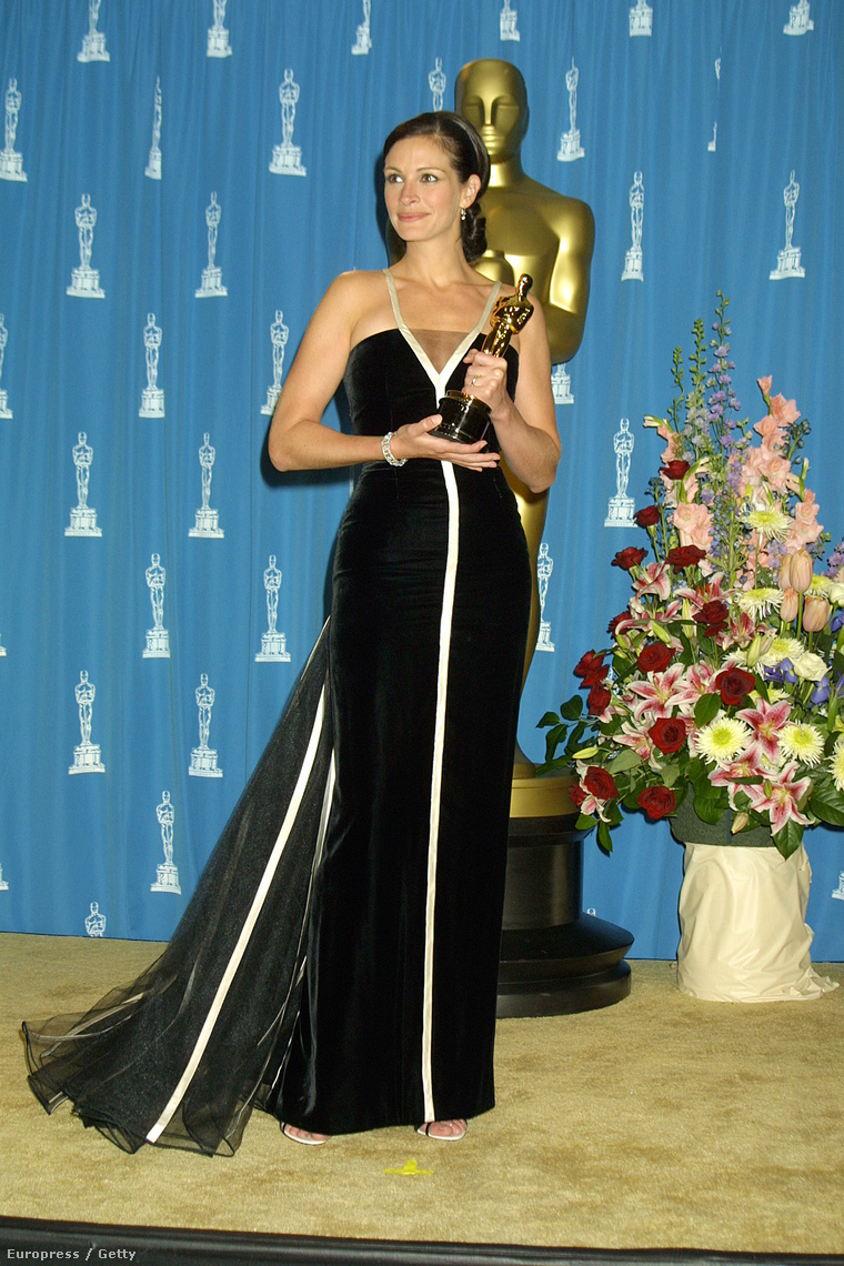 A nyertesek aztán boldogan pózolnak a díjjal a sajtószobában. (Julia Roberts, 2001, az Erin Brockovichért kapta. Mindenkinek megköszönte, csak az igazi Brockovichnek nem.)