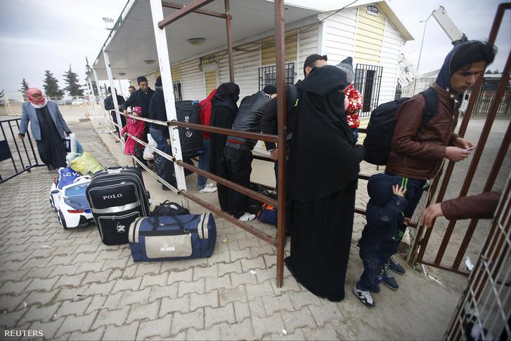 Menekültek a szír-török határon 2016. február 11-én