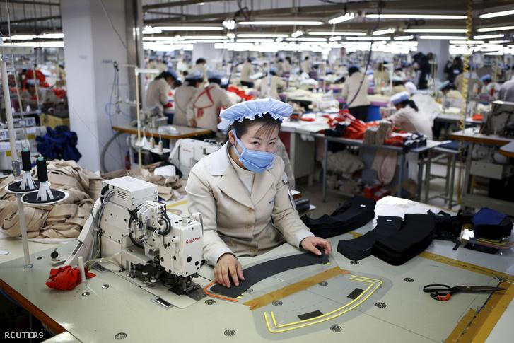 Észak-koreai munkás egy dél-koreai tulajdonú üzemben a Keszong ipari parkban