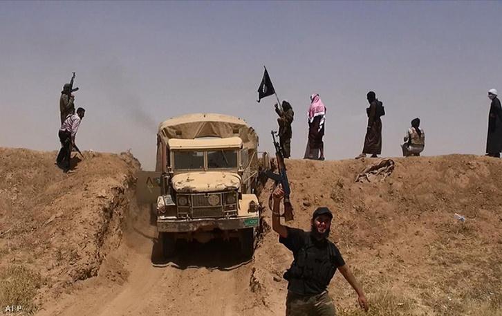 Az Iszlám Állam fegyveresei az iraki határ közelében (2014.)