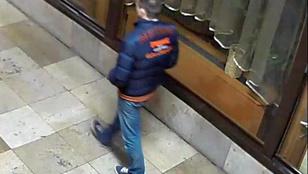 Ez a fiatalember mérges lett egy ajtóra