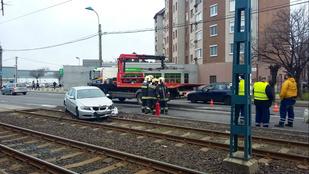 A sínekre csúszott egy autó az Üllői úton