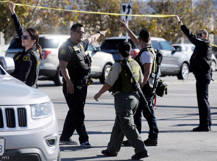 Rendőrök a dél-kaliforniai szociális ellátóközpont közelében a kaliforniai San Bernardinóban 2015. december 2-án, miután három fegyveres lövöldözött az intézmény konferenciatermében, és legalább tizennégy embert megölt. A rendőrök két támadót tűzharcban megöltek.