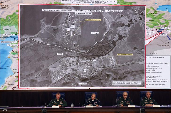 Orosz katonai vezetők megbeszélést tartanak a terrorizmus ellen Szíriában folytatott harc ügyében a moszkvai orosz védelmi központban 2015. december 2-án a térségről készített légi felvétellel a háttérben.