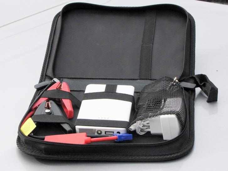 Cipzáras táskában van minden, ami kell: háló alatt a töltő és a szivargyújtó-csatlakozós kábel, gumírozott szalag alatt a zseb-bika és a krokodilcsipeszek