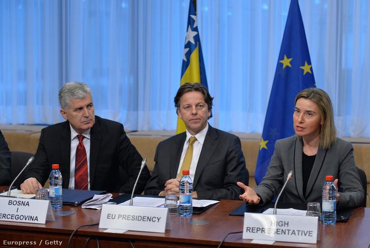 Federica Mogherini az EU kül- és biztonságpolitikai főképviselője, Bert Koenders holland külügyminiszter és Dragan Covic a boszniai államelnökség soros elnöke Brüsszelben, 2016. február 15-én.