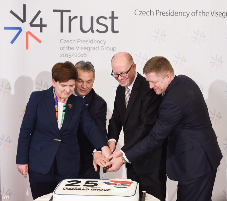 Beata Szydlo lengyel, Orbán Viktor magyar, Robert Fico szlovák és Bohuslav Sobotka cseh miniszterelnök (b-j) a rendkívüli visegrádi kormányfői találkozón