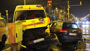 Totálkárosra tört egy mentőautó a Nagyvárad térnél