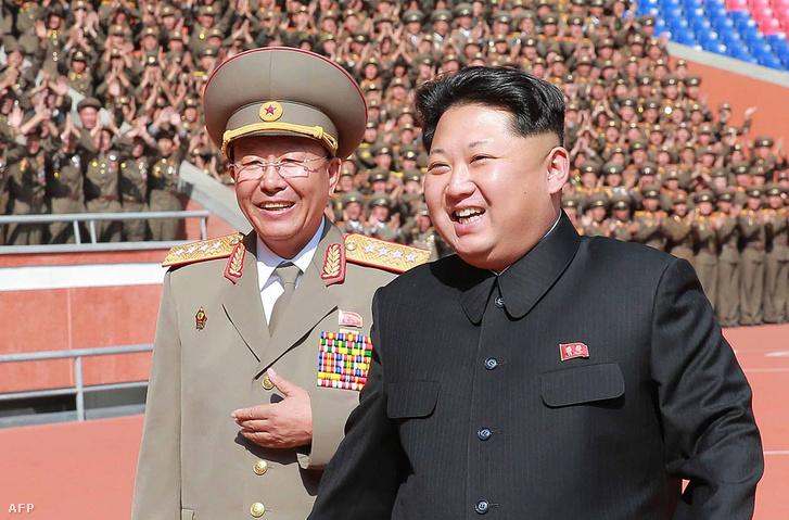 Kim Dzsongun a Munkáspárt 70. születésnapjára tartott katonai felvonuláson 2015. október 10-én