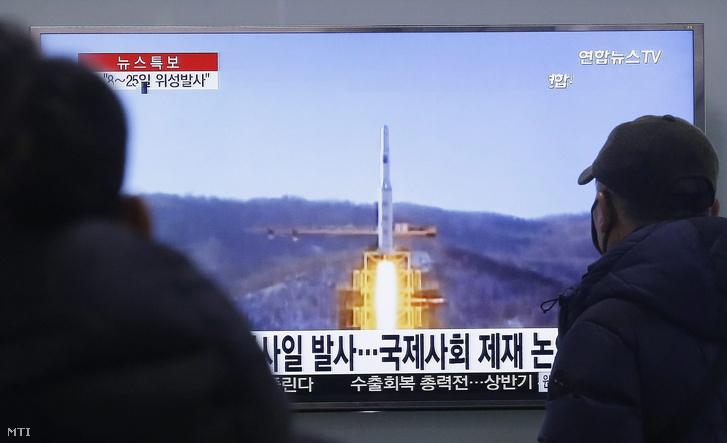 Dél-koreaiak néznek egy tévén keresztül egy archív felvételt egy észak-koreai rakétakilövésről, 2016. február 3-án