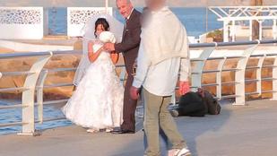 Kikészültek a járókelők az öreg férjjel pózoló 12 éves menyasszonytól
