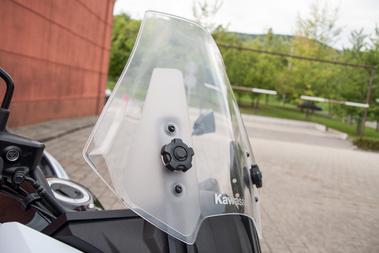 A szélvédő állítható, kár, hogy le kell hozzá szállni